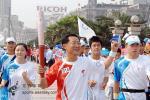 图文-北京奥运圣火上海传递 刘翔父亲传递圣火