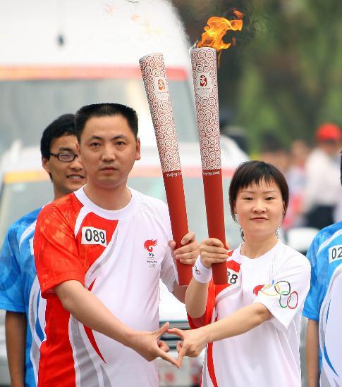 图文-奥运圣火继续在上海传递 郭馨如与钱斌交接