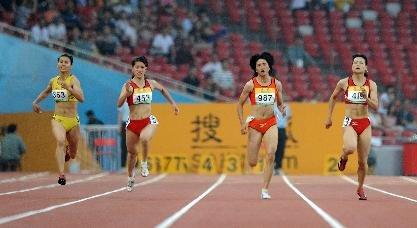 图文-田径韩玲获女子200米冠军 韩玲杀出一条路