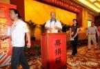 图文-南京奥运火炬手为灾区捐款 火炬手陈佩斯