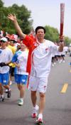 图文-奥运圣火在武汉传递 火炬手张仁江传递中