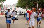 图文-奥运圣火在湖南湘潭韶山传递 王敏挥拳示意