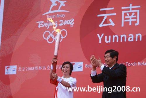 图文-北京奥运圣火在昆明传递 钟焕娣高举火炬