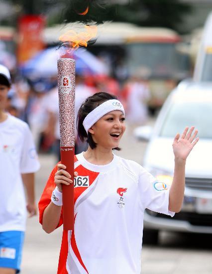 图文-北京奥运圣火在云南昆明传递 小天后张韶涵