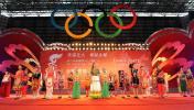 图文-奥运圣火在云南昆明传递 各族小朋友放歌
