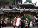 图文-奥运火炬在贵州省凯里市传递 杨旭传递火炬