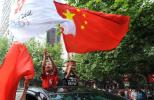图文-北京奥运圣火在遵义传递 小朋友挥舞旗帜
