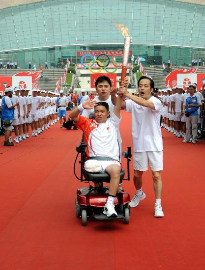 图文-北京奥运圣火在重庆传递 高举火炬敬礼