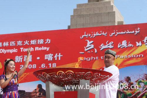 图文-奥运圣火在喀什传递 达吾提-阿西木点燃圣火盆
