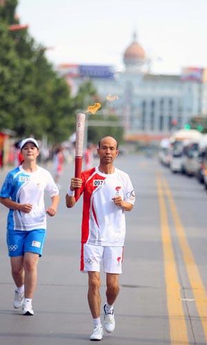 图文-北京奥运圣火在喀什传递 张振英传递火炬
