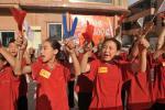 图文-北京奥运圣火在喀什传递 喀什学生欢迎圣火