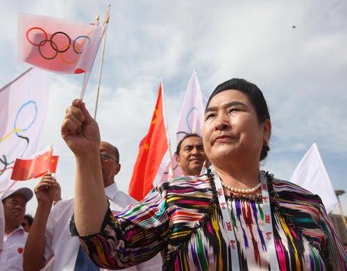 图文-北京奥运圣火在喀什传递 大婶热情不输年轻人