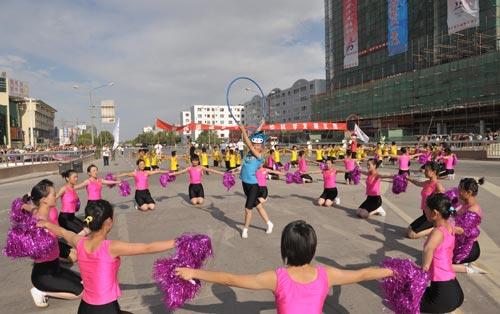 图文-北京奥运圣火在喀什传递 学生舞蹈迎圣火