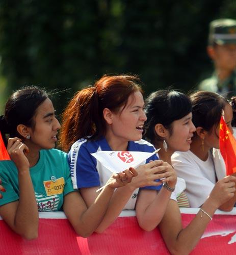 图文-北京奥运圣火在喀什传递 市民热心期盼