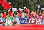 图文-奥运圣火在新疆石河子传递 小朋友喜爱福娃