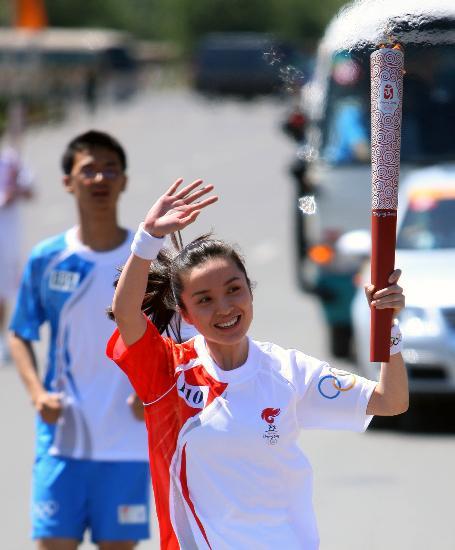 图文-奥运会圣火在新疆昌吉传递 李佳传递火炬