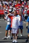 图文-奥运圣火在新疆昌吉传递 卡德尔・库尔班敬礼