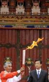 图文-奥运圣火在拉萨传递 老登山家展示祥云火炬