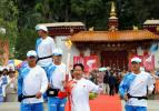 图文-北京奥运圣火在拉萨传递 李素芝手持火炬