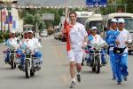 图文-北京奥运圣火在拉萨传递 美国火炬手理查德