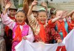 图文-北京奥运圣火在拉萨传递 藏族儿童欢迎圣火