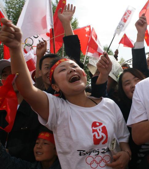 图文-北京奥运圣火在格尔木传递 高呼为圣火加油