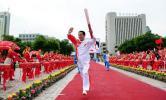 图文-奥运圣火在青海西宁传递 屈信忠向观众招手