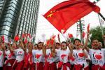 图文-奥运圣火在青海西宁传递 群众为圣火传递助威