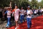 图文-北京奥运圣火在大同传递 卢建平手持火炬