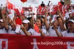图文-奥运圣火在宁夏中卫传递 市民沿途为火炬助威