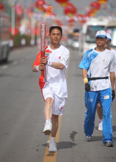 图文-圣火在回族之乡吴忠传递 踢正步表达敬意