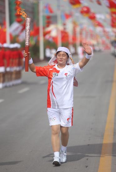 图文-圣火在回族之乡吴忠传递 民族头饰别具特色
