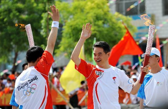 图文-奥运圣火在吴忠传递 拍手欢呼交接奥运火炬