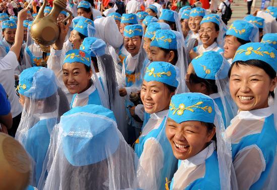图文-奥运圣火在吴忠传递 演员们在起跑仪式上