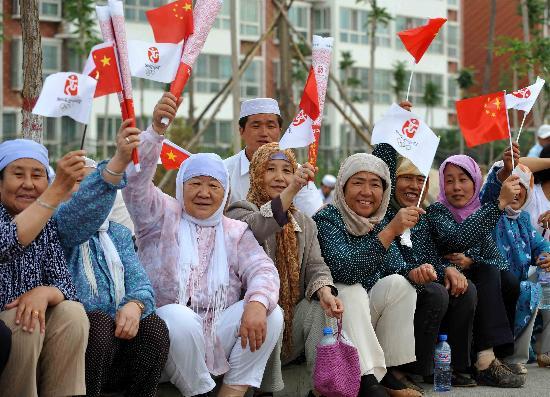 图文-圣火在吴忠传递 当地各族群众为火炬传递加油