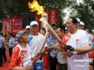 图文-奥运圣火在陕西延安传递 刘天佑老人交接火炬