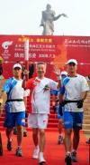 图文-奥运圣火在陕西杨凌传递 首棒火炬手山仑