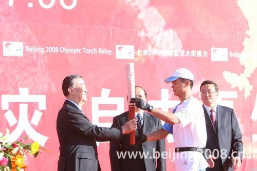 图文-北京奥运圣火在嘉峪关传递 奥组委官员到场