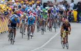 图文-2008环法自行车赛第一阶段冲刺时甩开大部队