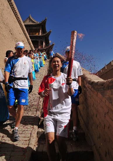 图文-北京奥运圣火在嘉峪关传递 杨阳走下城楼