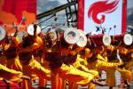图文-奥运圣火在甘肃兰州传递 太平鼓声助兴传递