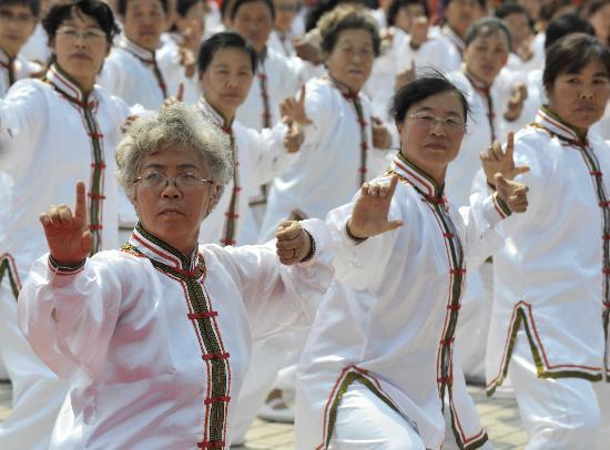 图文-北京奥运圣火在呼和浩特传递 老年人表演太极拳