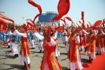 图文-北京奥运圣火在包头传递 红色洒满庆祝现场