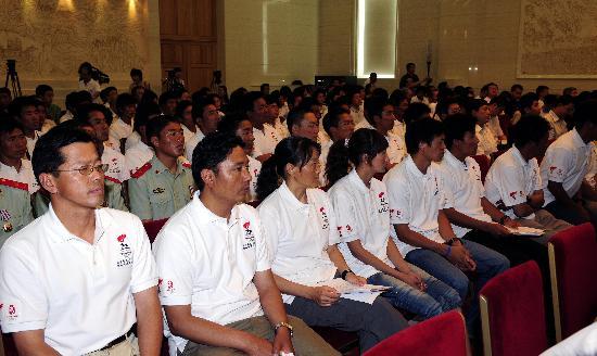 图文-火炬接力珠峰传递表彰大会举行 英雄相聚