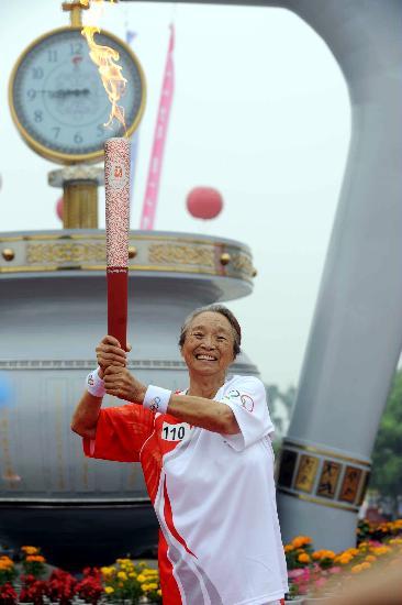 图文-奥运圣火在松原市传递 柏青自豪传递火炬
