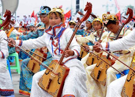 图文-2008把马头琴齐奏迎圣火 演奏者展示民乐