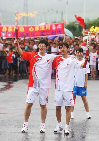 图文-奥运圣火在延吉传递 宋扬赵阳顺利交接