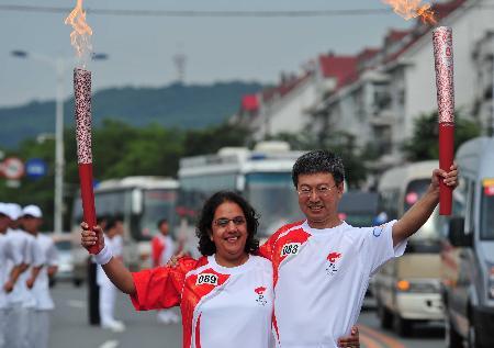 图文-奥运圣火在鞍山传递 火炬交接共同祝福奥运