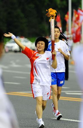 图文-奥运圣火在鞍山传递 花菊手持火炬传递