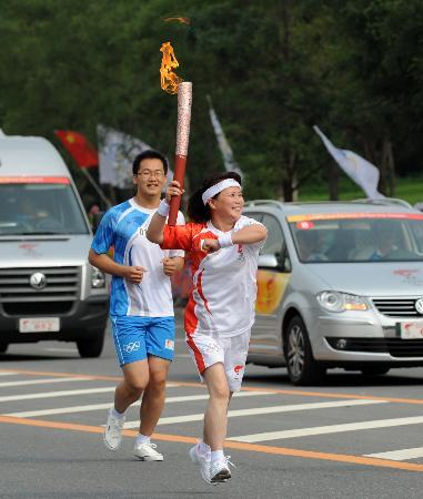 图文-奥运圣火在鞍山传递 火炬手于秋平传递火炬